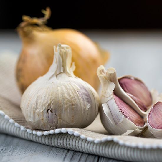 Knoblauch und Zwiebel auf Küchentuch