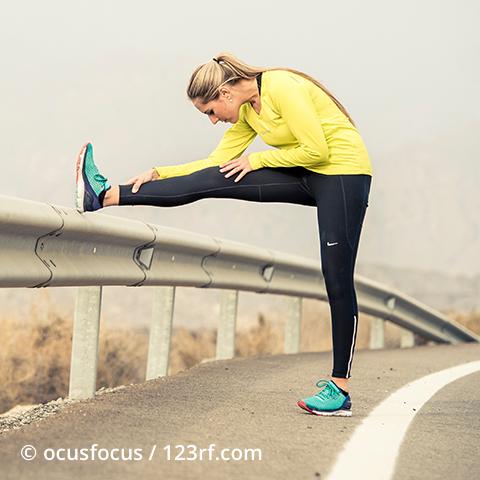 Sportlerin dehnt ihre Beine