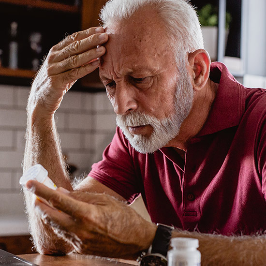 Älterer Mann nimmt Medikamente
