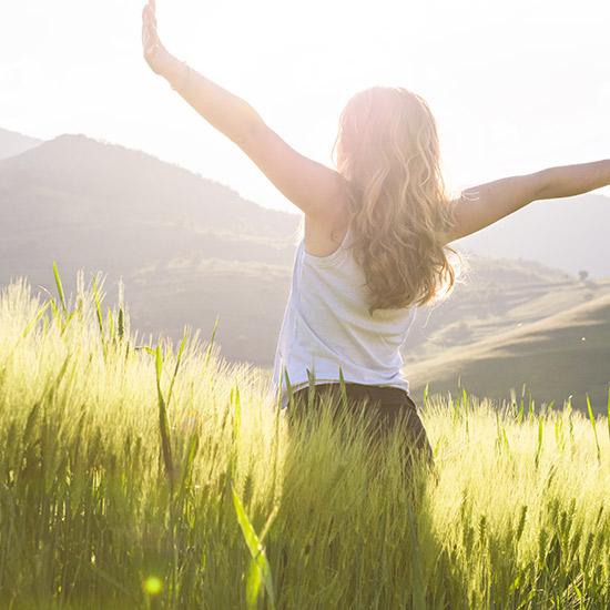 Frau in der Sonne für Vitamin-D-Synthese