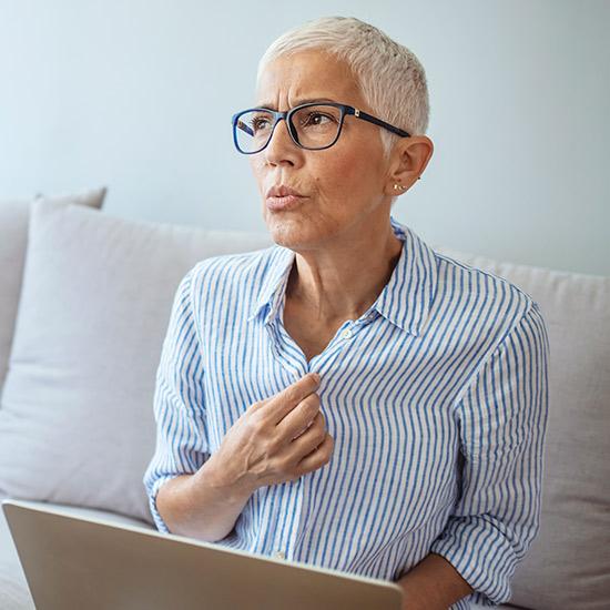 Frau mit Hitzewallungen in der Menopause