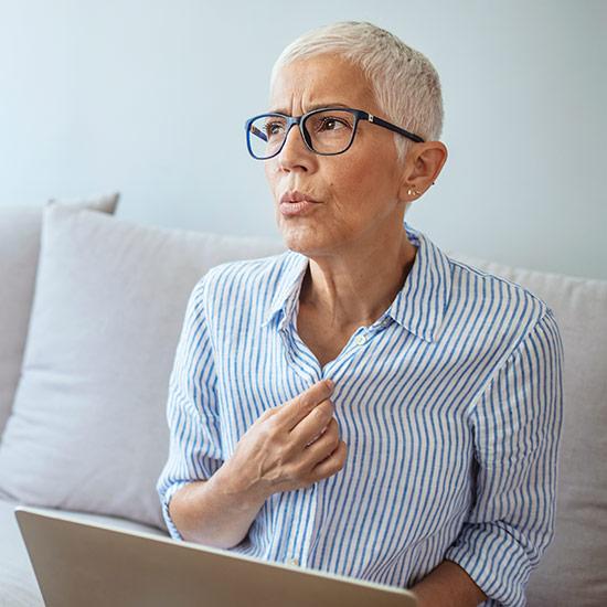 Ältere Frau hat Hitzewallungen