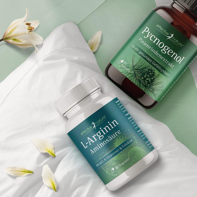 Moodbild: Beide Dosen liegen auf Bettdecke, mit Pinienzweig