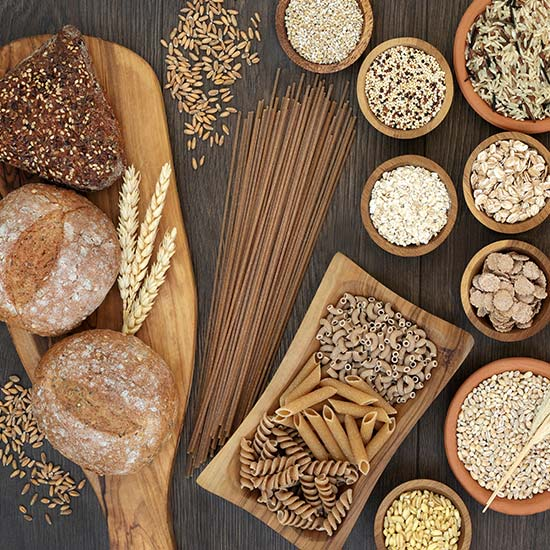 Verschiedene Getreidesorten auf Tisch
