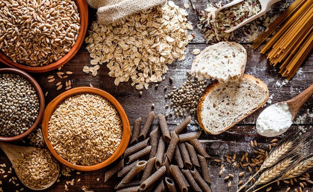 Ballaststoffreiche Lebensmittel wie Samen und Vollkornnudeln