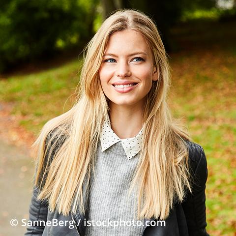 Lächelnde Frau mit langen, blonden Haaren