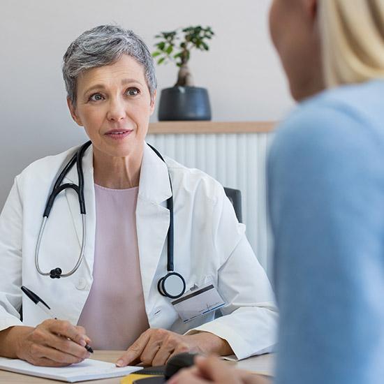 Ärztin berät Patientin