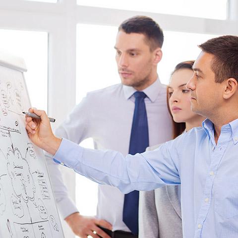 Drei Mitarbeiter arbeiten an einem Konzept