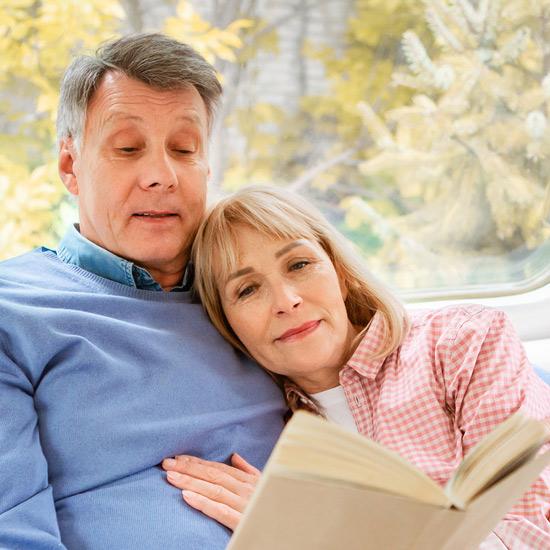 Zwei ältere Personen lesen ein Buch
