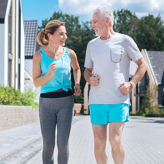 2 ältere Menschen joggen