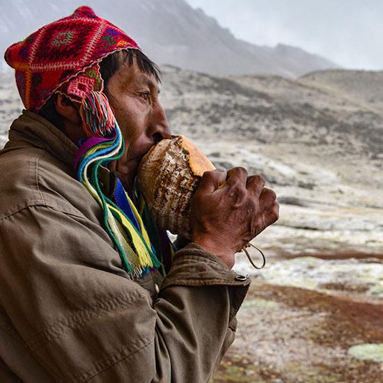 Peruaner in Gebirgslandschaft
