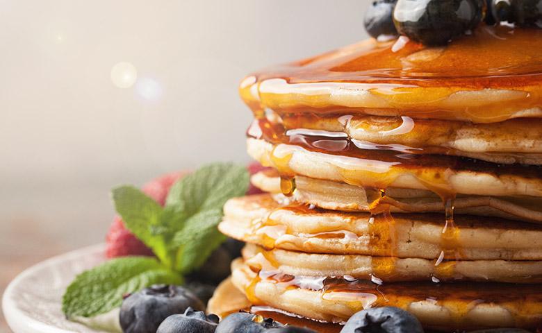 Pancakes mit Yaconsirup und Beerendeko - Nahaufnahme