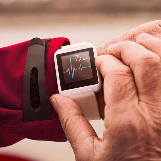 Uhr mit Display, welches Herzfrequenz anzeigt.