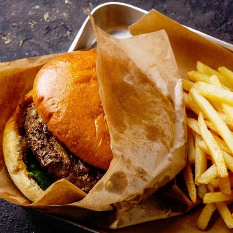 Ungesundes Fastfood: Burger und Pommes