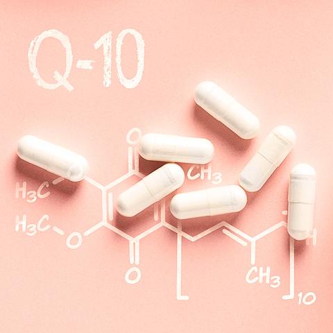 Kapsel mit Schrift Q10 und chemische Strukturen