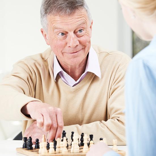 Alter Mann spielt Schach