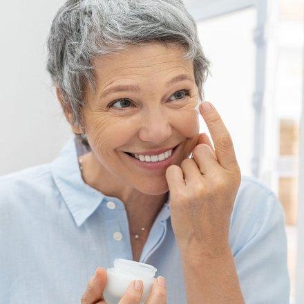 Glättende Augenpflege mit wertvollen Pflanzenölen