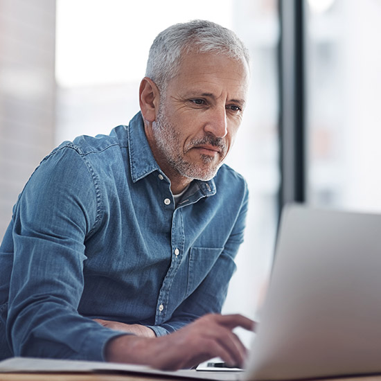 Mann schaut in Computer