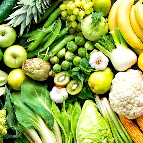 Verschiedene Früchte und grünes Gemüse