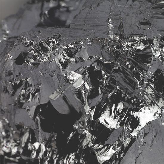 Abbildung festes Silizium als grau-silberner Stein