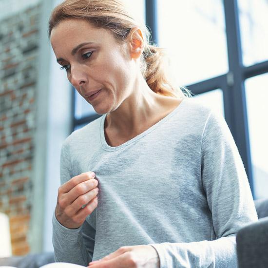 Frau mit Wechseljahres-Symptomen