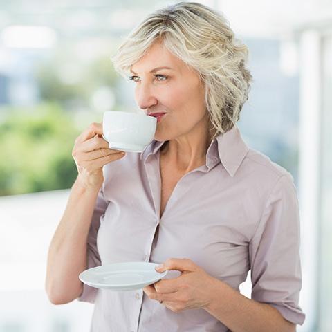 Frau trinkt Kaffee.
