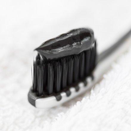 Zahnpasta schwarz - für weissere Zähne