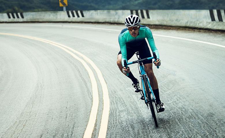 Mann in sportlicher Kleidung fährt Fahrrad