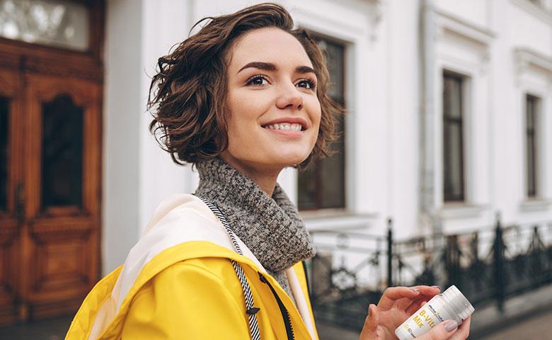 Frau mit B-Vitamin-Mix in den Händen