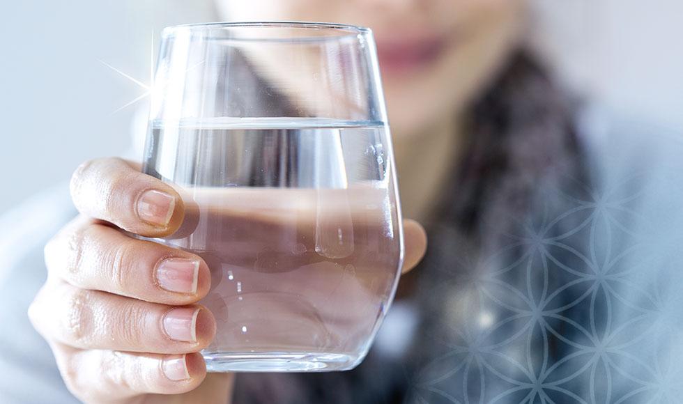 Frau mit einem Glas Leitungswasser